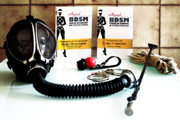 BDSM - Guida per esploratori dell'erotismo estremo di Ayzad (con maschera antigas)